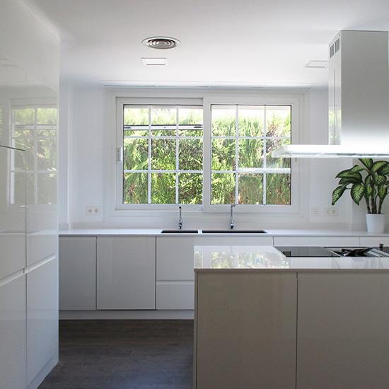 Cocinas blancas con isla zaragoza- Reformart Estudio 2