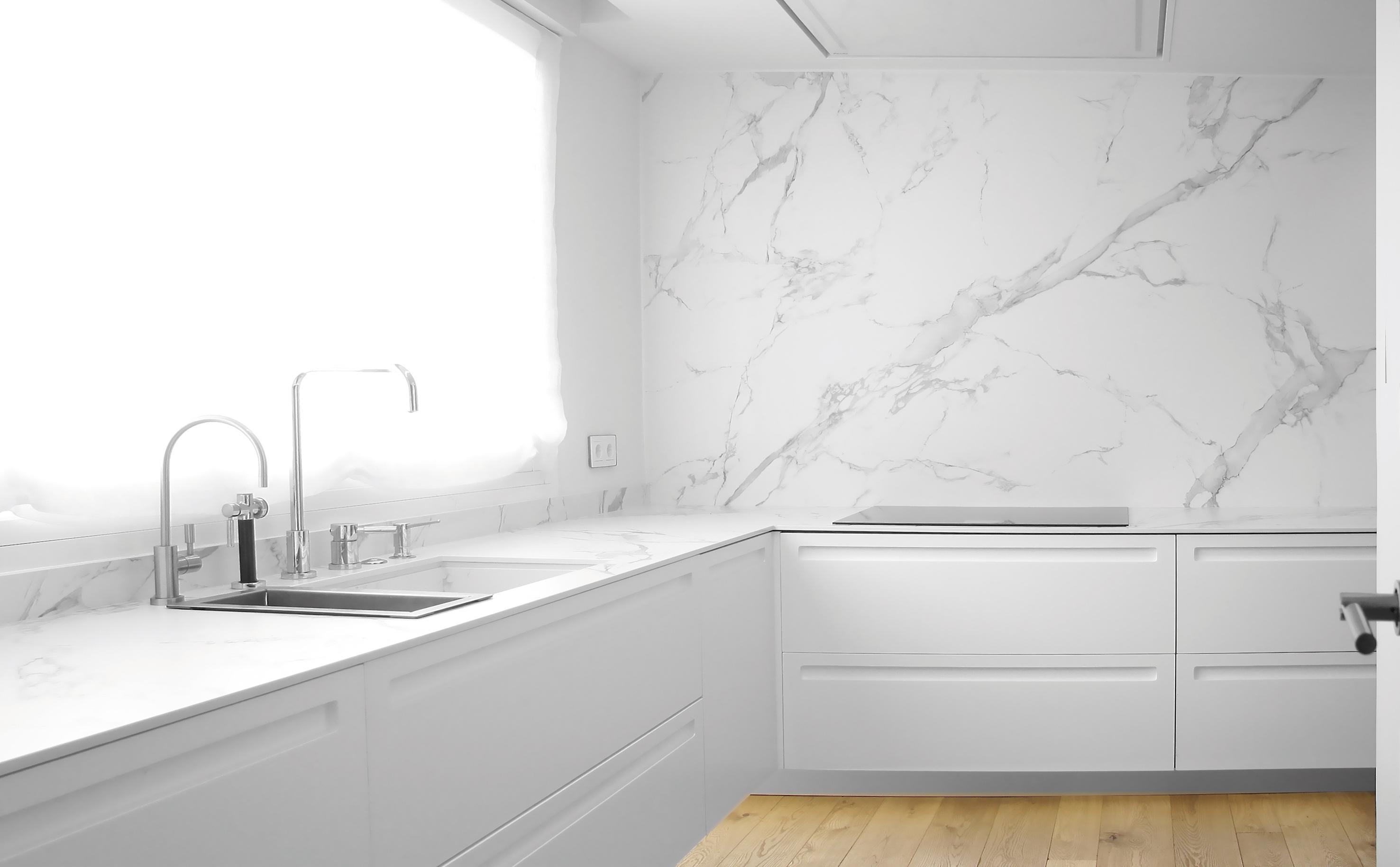 Reforma cocina blanca y madera. Reformas integrales Zaragoza