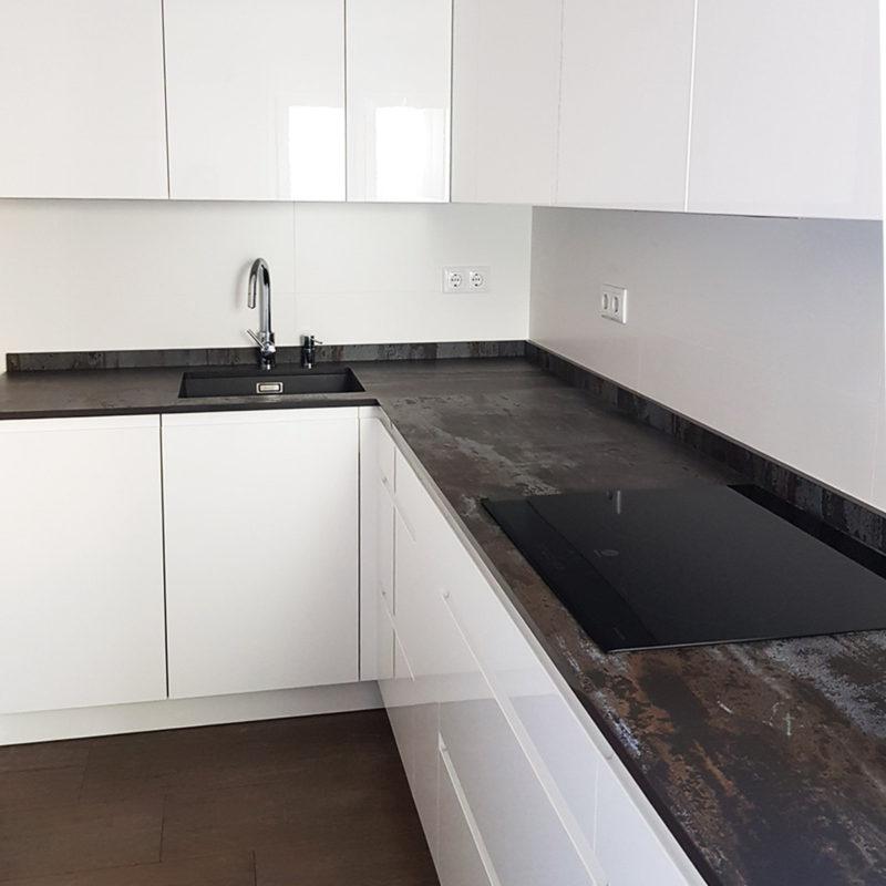 Diseño y mobiliario de cocina blanca en Zaragoza