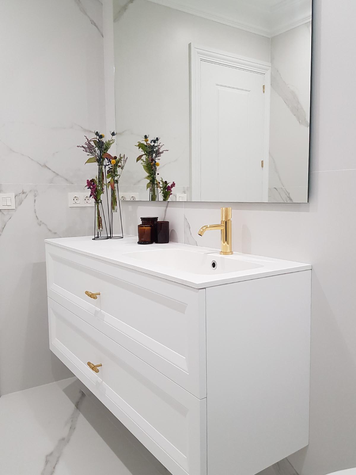 Reforma baño blanco y dorado