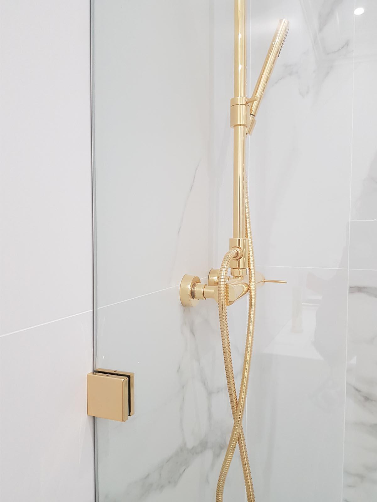 detalles dorados baño